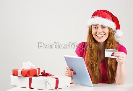 festliche rotschopf online shopping mit tablet