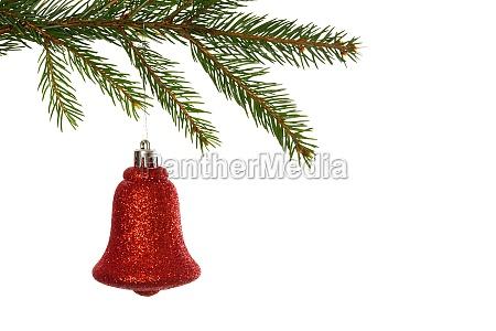 rote weihnachtsdekoration haengen von ast