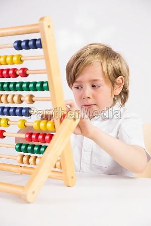 student der mathe auf abakus tut