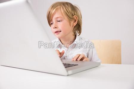 student mit einem laptop pc