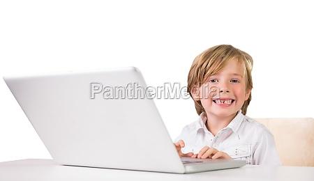 student der einen laptop pc verwendet