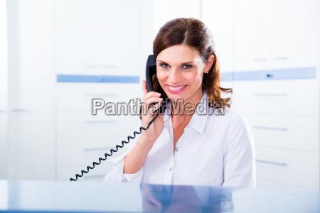 sprechstundenhilfe in arzt praxis mit telefon