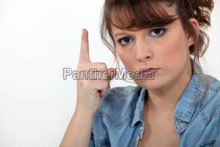 stern frau zeigt zeigefinger