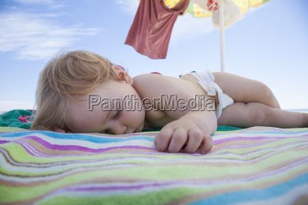 babyschlaf am strandtuch