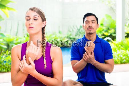gemischte paare bei yoga training im