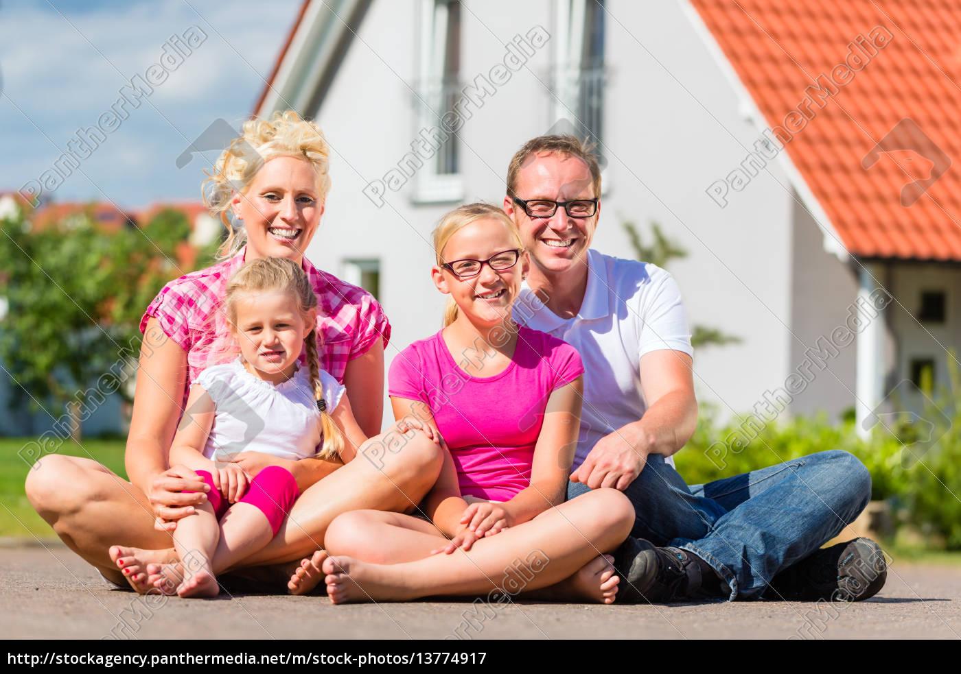 familie, steht, stolz, vor, haus - 13774917