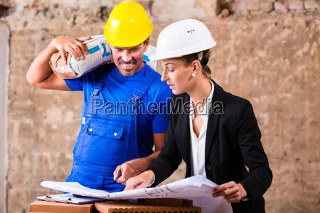 arbeiter von hafen oder spedition vor