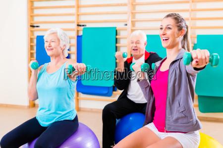 senioren auf medizinball beim sport mit