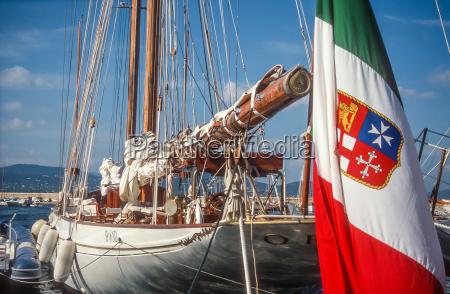 segelyacht mit italienischer flagge