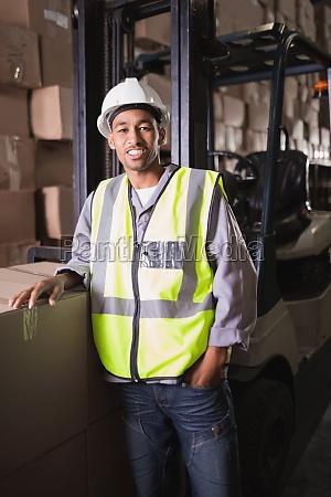 retrato de trabajador manual en almacen