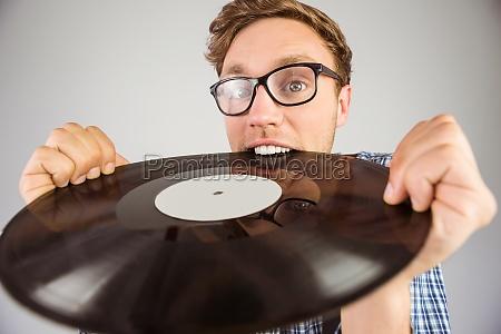 geeky hipster beissende vinyl schallplatte