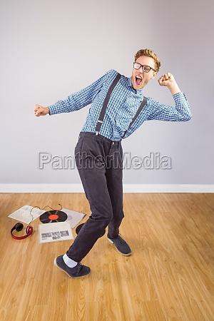 geeky hipster der zu vinyl tanzt