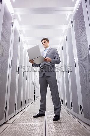 geballter techniker im anzug