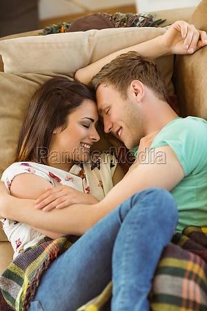 nettes ehepaar kuscheln auf der couch