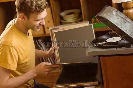 junger mann der seine vinyl sammlung
