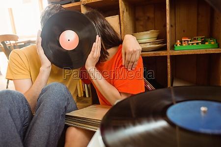 junges paar das auf vinylaufzeichnung hoert
