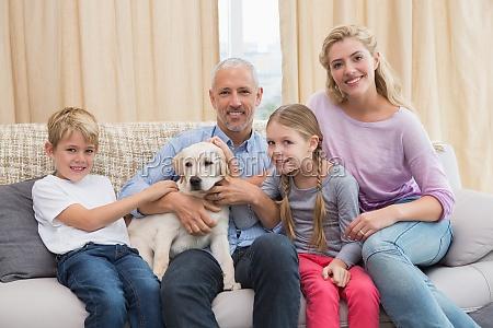 die eltern mit ihren kindern auf