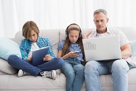 familie konzentrieren sich auf drahtlose technologie