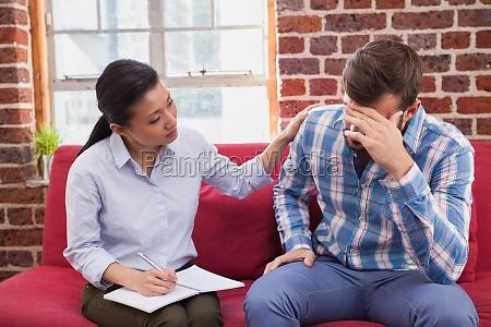 therapist troesten veraergert patienten