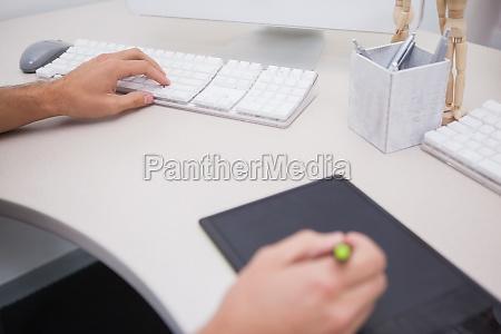 designer mit grafiktablett und farbrad