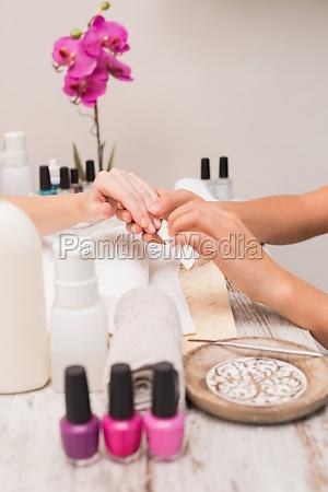 nail techniker kunde eine manikuere geben