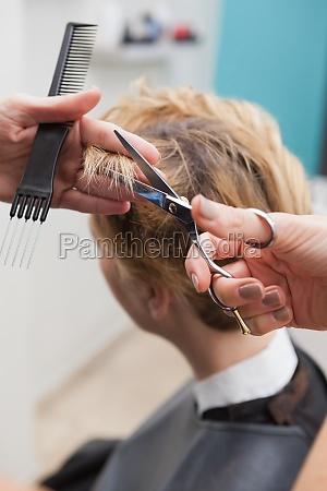 peluqueria cortando el cabello de un