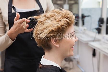 kundin bekommt ihre haare gestylt