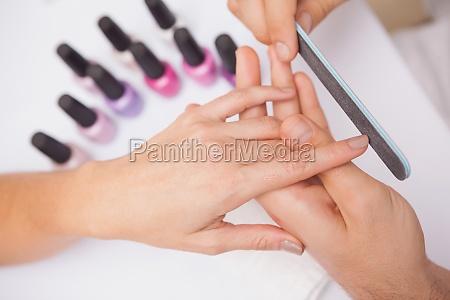 manicurist einreichung einer kunden naegel