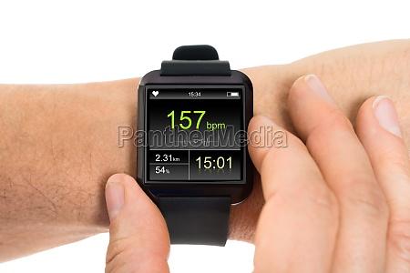 menschliche hand mit smartwatch zeigen sendewiederholrate