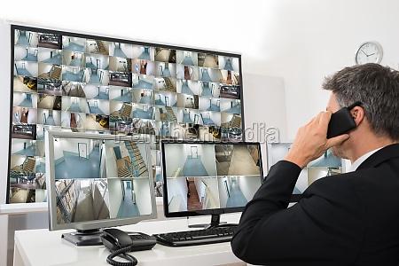 sicherheitssystem operator blick in die cctv