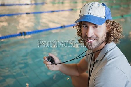 portrait eines schwimmtrainer am pool