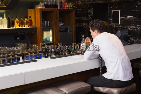 junge menschen trinken whisky ordentlich