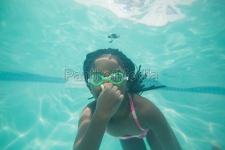 cute kind unterwasser im pool