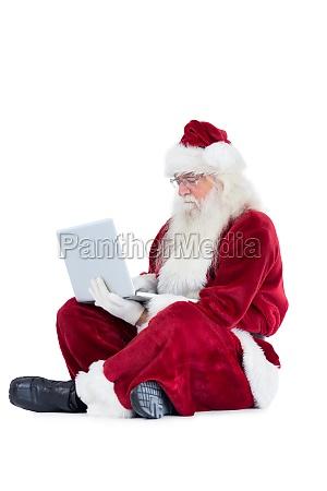 sankt sitzt und verwendet einen laptop