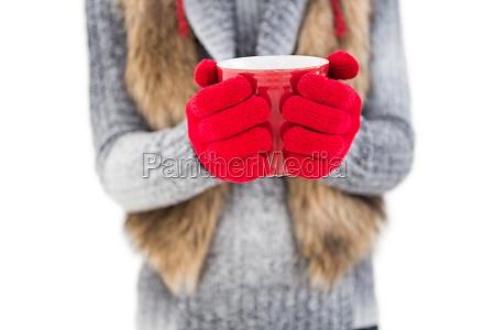 frau in der winterkleidung einen becher