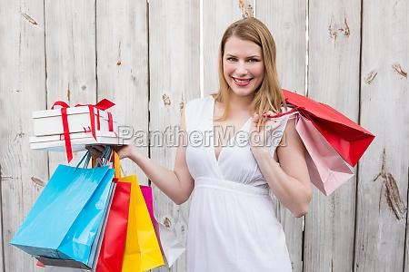 elegante blondine mit einkaufstaschen und geschenke