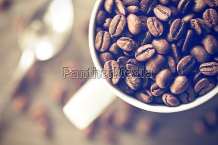 kaffeebohnen im becher