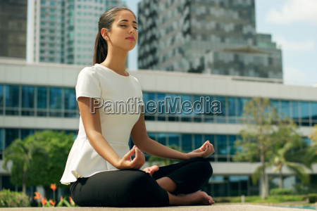 relax business woman yoga lotussitz ausserhalb