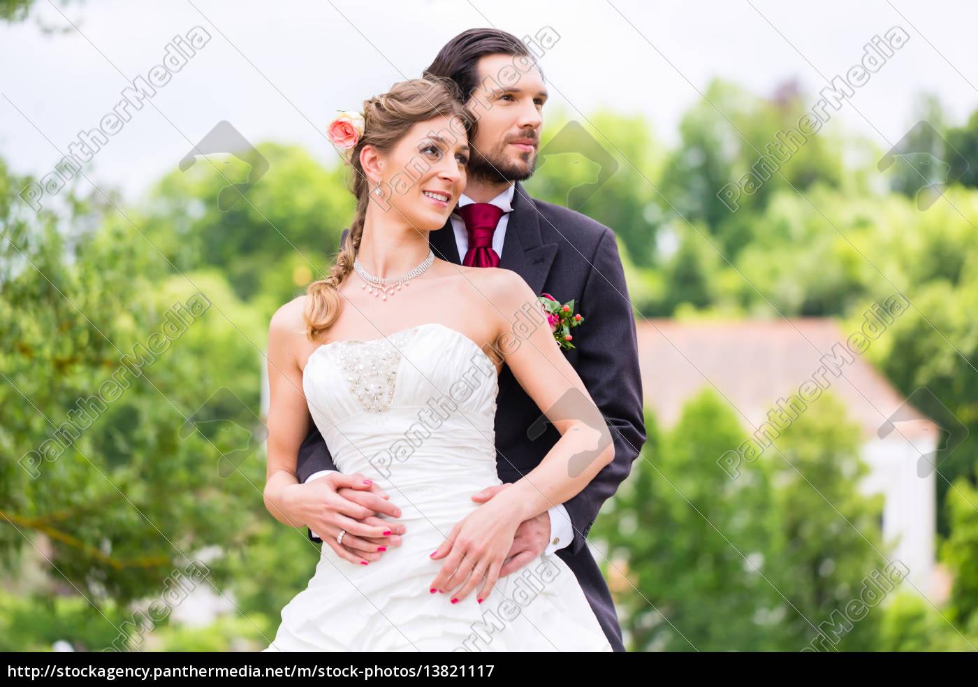 Hochzeitspaar Mit Brautstrauss Stockfoto 13821117 Bildagentur