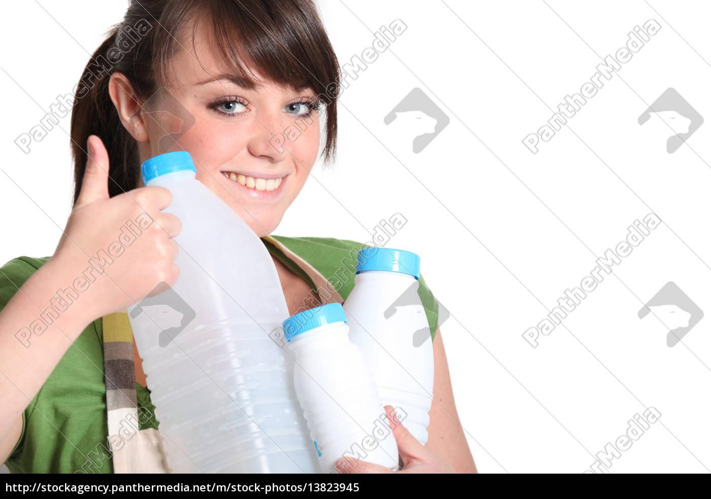 junge, frau, die, das, recycling, von, kunststoffflaschen - 13823945