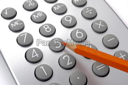 finanzen und kalkulation mit rotstift und