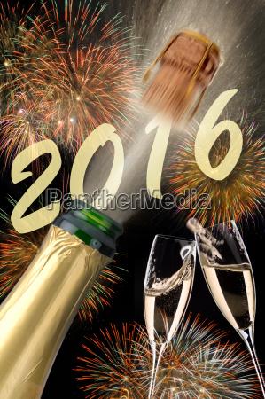 neujahr 2016 mit champagner fliegendem korken