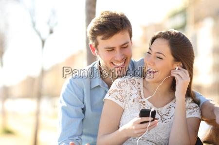 paare die musik von einem smartphone