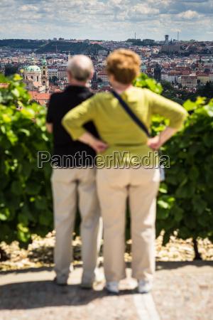 stadt prag tourist touristin bewundern senior