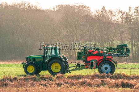traktor auf einem feld mit ferilizer