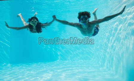 paar mit schnorchel im schwimmbad