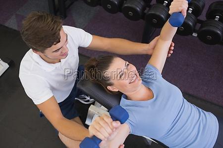 personal trainer helfen client lift hanteln
