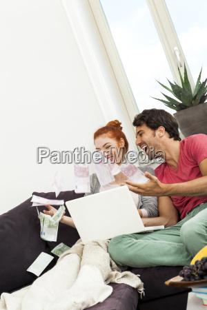 glueckliches junges paar mit laptop auf