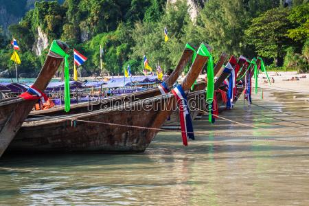 traditionelle thai boot auf railay strand