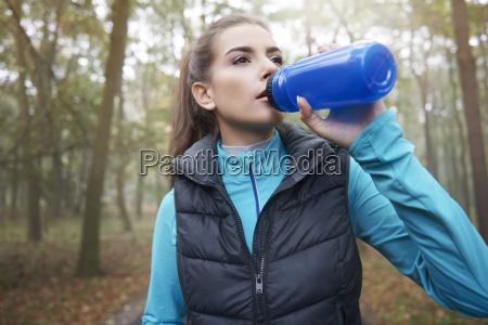 durstige frau nach dem harten training
